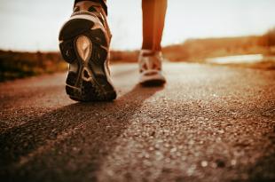 Bị gai cột sống có nên đi bộ