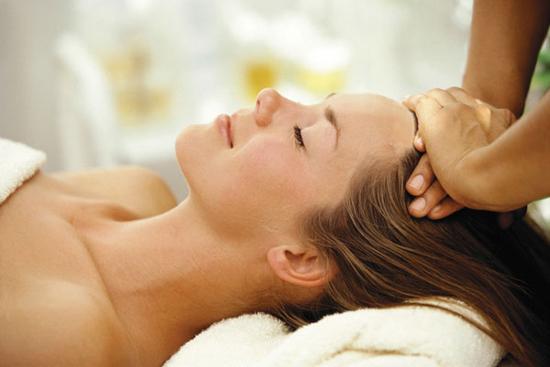 Sử dụng tinh dầu massage da đầu giúp giảm rụng tóc do viêm da đầu