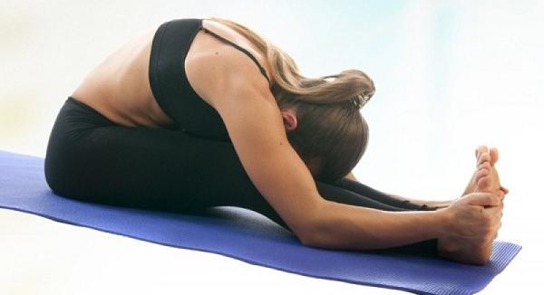 tập yoga chữa gai cột sống - tư thế ngồi gập người về phía trước