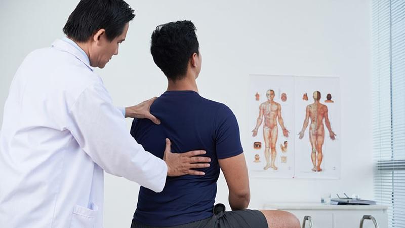 Bị đau cơ lưng phải làm gì